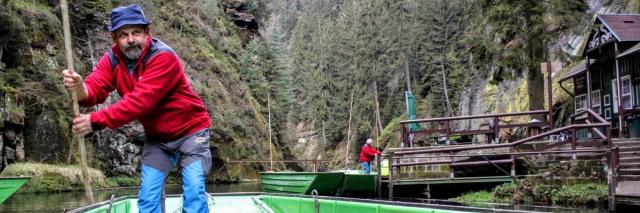Varen door de Kamenice-klover in Boheems Zwitserland